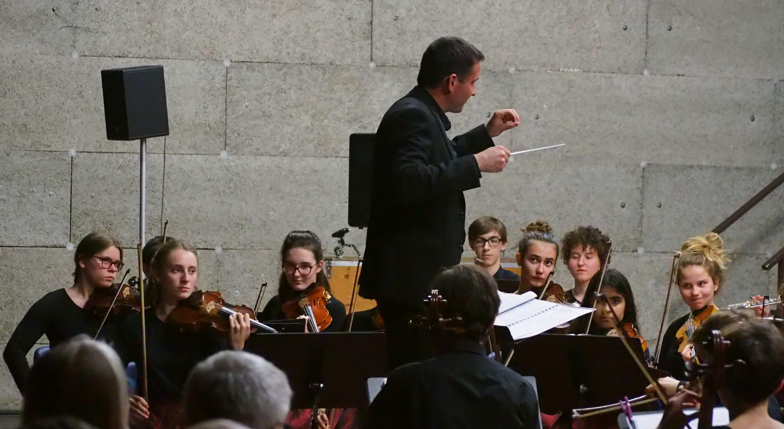 Le chef d'orchestre et les musiciens de l'OLDA